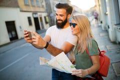 L?chelnde Paare, die Spa? in der Stadt reisen und haben Sommerferien, Datierung und Tourismuskonzept stockbilder