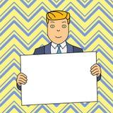 L?chelnder Mann im Gesellschaftsanzug, der gro?es leeres Plakat-Brett vor selbst mit beiden H?nden h?lt Kreativer Hintergrund-Rau vektor abbildung
