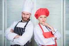 L?cker familjmatst?lle Anledningspar som tillsammans lagar mat Att laga mat med din make kan f?rst?rka f?rh?llanden royaltyfria foton