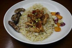 L?ckra stekte ris med grillad tioarmad bl?ckfiskdisk royaltyfria bilder