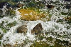 L'éclaboussement de la mer ondule le fond Photos stock