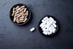 L - Compresse della carnitina e capsule del tè verde Concetto per un completamento dietetico sano fotografia stock