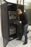 L'IT Consulant installa il server della lama fotografie stock