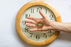 L'écoulement de temps sort de nos mains Photographie stock libre de droits