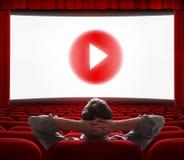 L'écran en ligne de cinéma avec le media de jeu se boutonnent au centre Photographie stock libre de droits