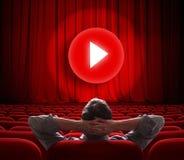 L'écran en ligne de cinéma avec le media rouge de rideau et de jeu se boutonnent au centre Photos libres de droits