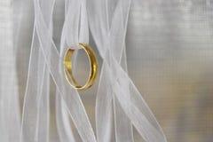 L'or d'anneau avec la maille blanche de ruban a une ondulation molle, un amour et un souvenir et un espace vide pour le texte Photos libres de droits
