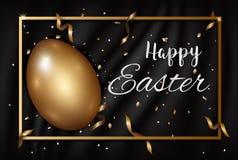 L'or de Pâques eggs avec de l'or de confettis et l'endroit en soie foncé de texture Photographie stock libre de droits