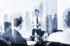 L?der confiado de la compa??a en la reuni?n de negocios contra la reflexi?n de la ventana de los edificios y de los rascacielos d fotografía de archivo libre de regalías