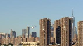 L'East River, New York City avec l'horizon de Manhattan à l'arrière-plan clips vidéos