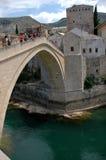 L'eau à haute altitude sautant d'un vieux pont célèbre à Mostar, B Photographie stock libre de droits