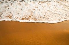 l'eau à sable jaune et lisse d'océan avec bulles Photos stock