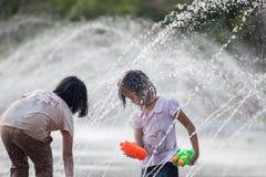 L'eau éclaboussant dans le festival de Songkran images libres de droits