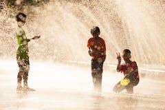 L'eau éclaboussant dans le festival de Songkran images stock