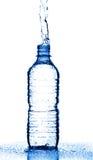 L'eau éclaboussant de la bouteille Photographie stock libre de droits