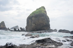 L'eau éclaboussant des vagues sur la mer à la plage de Papuma, Jember, Jawa est, Indonésie images stock