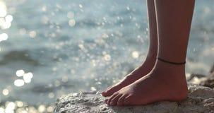 L'eau éclaboussant le pied sur la falaise photos libres de droits