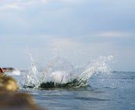 l'eau éclaboussant sur la mer Image libre de droits