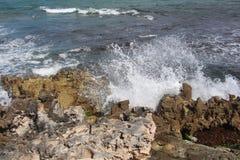 L'eau éclabousse sur des roches Photographie stock libre de droits