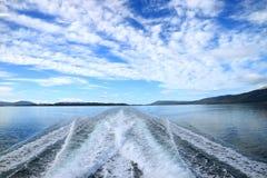 L'eau écumante puissante à la poupe du bateau de croisière croisant le canal de briquet, Ushuaia, Tierra del Fuego, Argentine photographie stock libre de droits