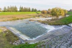 L'eau étant libérée en Guadalupe River au fairway Glen Storm Station, Santa Clara, San Francisco Bay du sud, la Californie image libre de droits