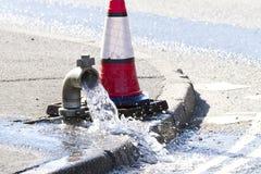 L'eau étant relâchée pendant la réparation Image stock