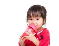 L'eau asiatique de boissons de petite fille photo stock