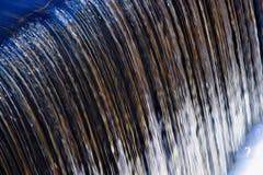 L'eau au-dessus d'un barrage Photos libres de droits