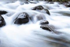 L'eau au-dessus des roches Images libres de droits