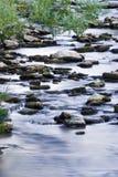 L'eau au-dessus des roches Photographie stock