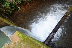 L'eau au-dessus du barrage Photo libre de droits