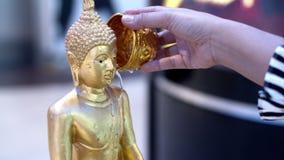 L'eau au moine de Bouddha est sur le festival de Songkran, une statue de Bouddha en Thaïlande banque de vidéos