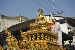 L'eau autour de la statue de Bouddha Photos stock