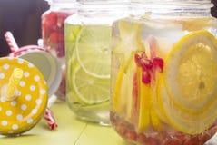 L'eau avec des fruits dans le pot Photographie stock