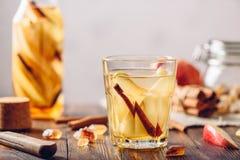 L'eau avec la poire, cannelle, gingembre Images stock