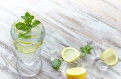 L 39 eau de detox avec le concombre et la chaux photo stock - Place du verre a eau sur une table ...