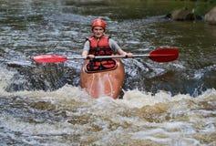 L'eau blanche d'adolescente kayaking images libres de droits