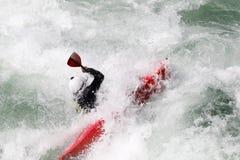 L'eau blanche kayaking sur la rapide de la rivière photo stock