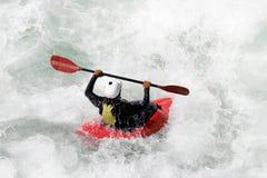 L'eau blanche kayaking sur la rapide de la rivière photo libre de droits