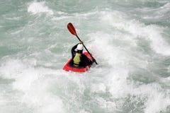 L'eau blanche kayaking sur la rapide de la rivière images libres de droits