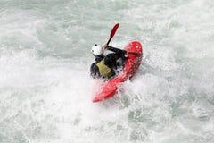 L'eau blanche kayaking sur la rapide de la rivière photos stock