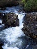 L'eau blanche molle, roches noires dures Photos libres de droits