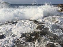 L'eau blanche sur la côte Photos libres de droits