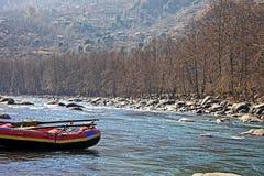 L'eau blanche transportant le bateau par radeau en rivière indienne photos libres de droits