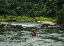 L'eau blanche transportant par radeau dans Kitulgala Sri Lanka Images stock