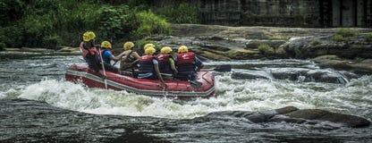 L'eau blanche transportant par radeau dans Kitulgala Sri Lanka Images libres de droits