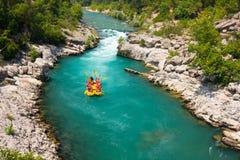 L'eau blanche transportant par radeau sur la rapide de la rivière Manavgat photographie stock libre de droits