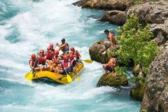 L'eau blanche transportant par radeau sur la rapide de la rivière Manavgat Image stock