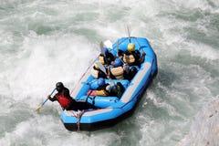 L'eau blanche transportant par radeau sur la rapide de la rivière Yosino images stock