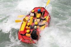 L'eau blanche transportant par radeau sur la rapide de la rivière Yosino photographie stock libre de droits